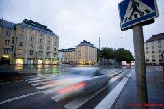 芬兰警方监督斑马线附近车辆